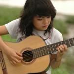 Con gái có thể học chơi guitar ?