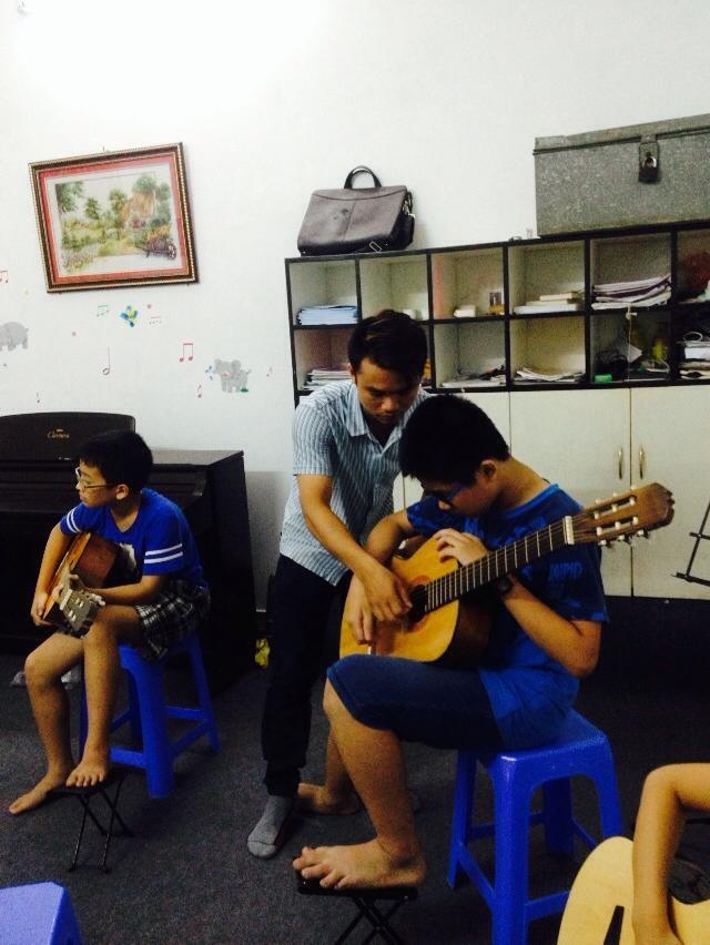 su khac biet giua tu hoc guitar va hoc tai trung tam 2