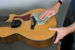 Các bước làm sạch bụi trong thùng Guitar cơ bản